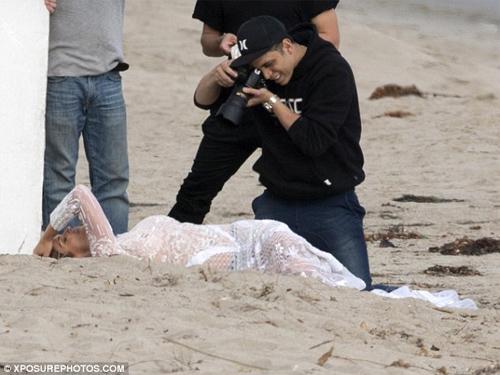 Cindy Crawford mặc xuyên thấu sexy bên bờ biển - 3