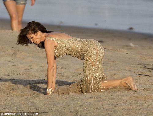 Cindy Crawford mặc xuyên thấu sexy bên bờ biển - 4