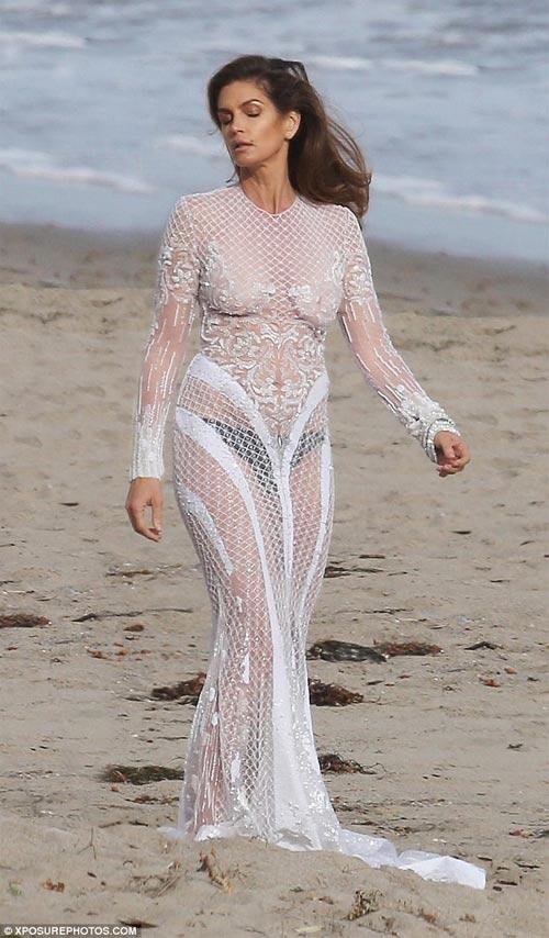 Cindy Crawford mặc xuyên thấu sexy bên bờ biển - 1