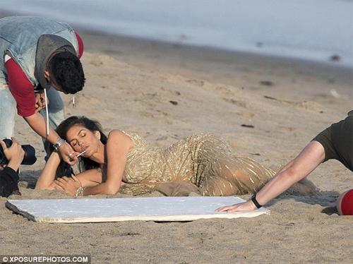 Cindy Crawford mặc xuyên thấu sexy bên bờ biển - 5