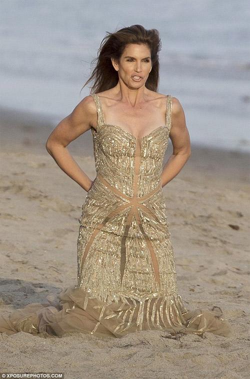 Cindy Crawford mặc xuyên thấu sexy bên bờ biển - 6