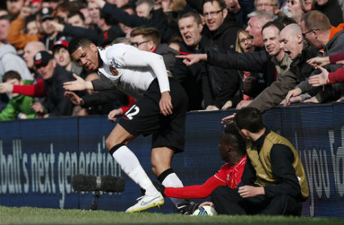 Fan Liverpool kể chuyện ngăn Balotelli đánh Smalling - 3