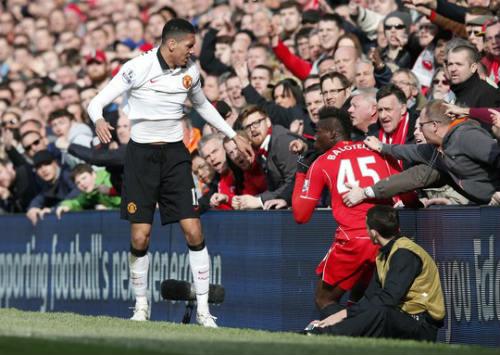 Fan Liverpool kể chuyện ngăn Balotelli đánh Smalling - 4