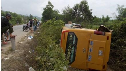 Tai nạn xe khách ở Quảng Nam, hàng chục người nguy kịch - 1