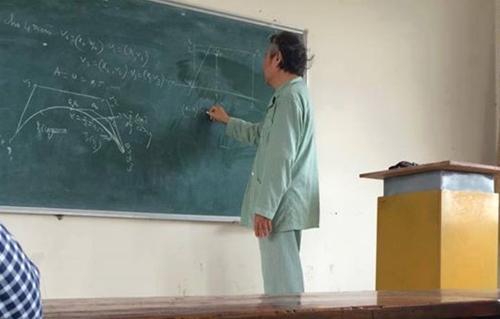 Rưng rưng thầy giáo Bách Khoa mặc đồ bệnh nhân đứng lớp - 1