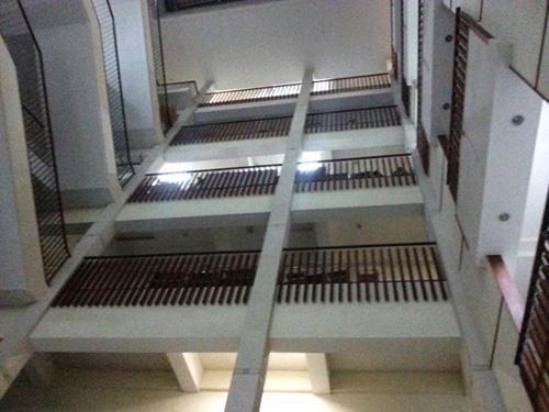 Bệnh nhân rơi từ tầng 5, BV Bạch Mai nói gì? - 1