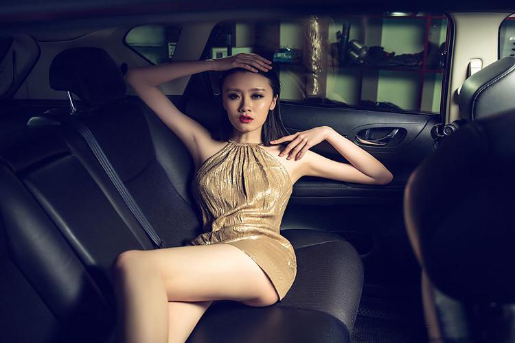 Trong bộ nội y hai mảnh bé xíu, người đẹp thả sức khoe đường cong hoàn hảo và sexy bên chiếc xe Nissan màu xanh.