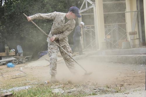 Xem lính Mỹ giúp dân Quảng Ngãi sửa trường học - 1