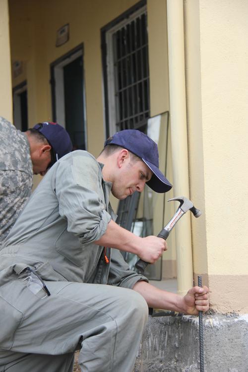 Xem lính Mỹ giúp dân Quảng Ngãi sửa trường học - 3