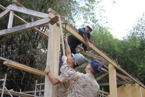 Xem lính Mỹ giúp dân Quảng Ngãi sửa trường học - 4