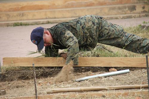 Xem lính Mỹ giúp dân Quảng Ngãi sửa trường học - 2