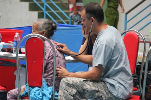 Xem lính Mỹ giúp dân Quảng Ngãi sửa trường học - 6