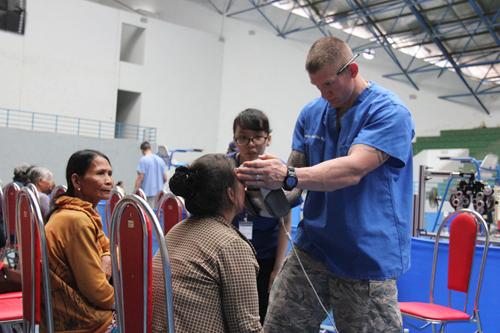 Xem lính Mỹ giúp dân Quảng Ngãi sửa trường học - 7