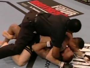 UFC: Trọng tài xuất chiêu như cao thủ