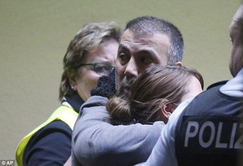 Người nhà nạn nhân Airbus A320 tuyệt vọng ở sân bay - 3