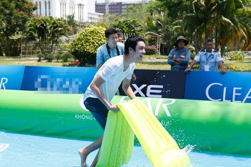 Thanh Hằng nhí nhảnh trượt nước trên đường phố - 10