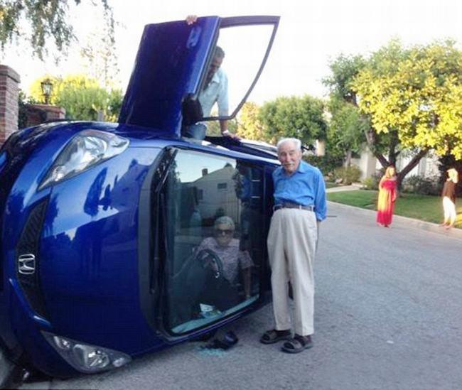 Hai cụ ông ở California thản nhiên chụp ảnh sau khi bị lật xe.