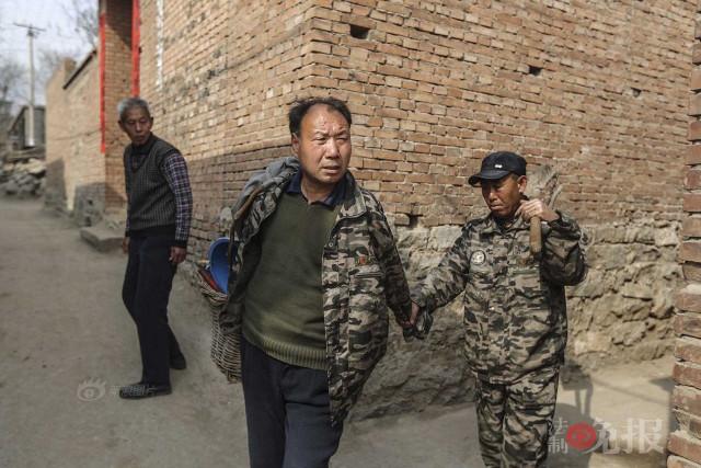 TQ: Lão cụt dắt lão mù trồng 10.000 cây bảo vệ làng - 3
