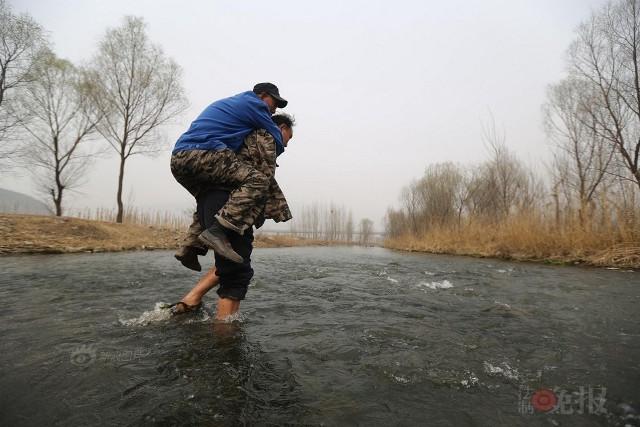 TQ: Lão cụt dắt lão mù trồng 10.000 cây bảo vệ làng - 6