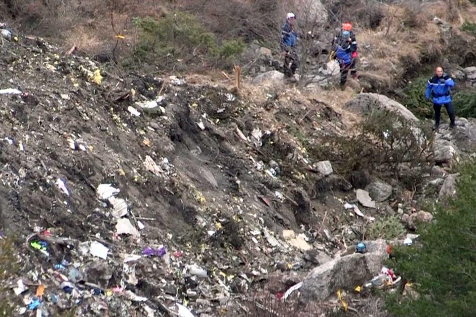 Video: Xác máy bay A320 tan nát trên sườn núi - 2