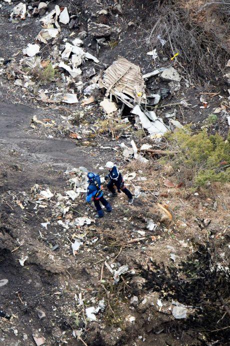 Phi công máy bay A320 rơi cố đạp bung cửa buồng lái - 1