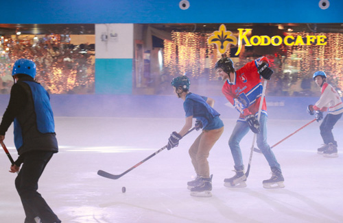 Giới trẻ hào hứng thử sức với trượt băng và hockey - 4