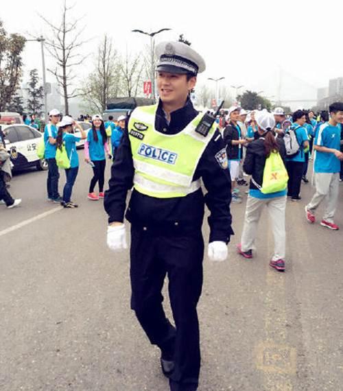 Vận động viên bỏ đích vì chàng cảnh sát quá đẹp trai - 2