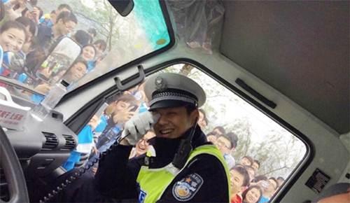 Vận động viên bỏ đích vì chàng cảnh sát quá đẹp trai - 4