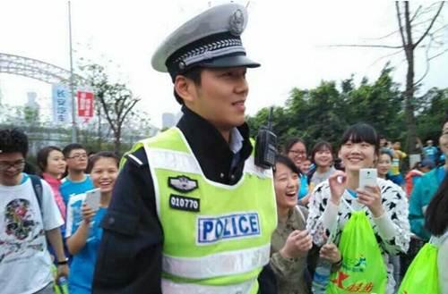 Vận động viên bỏ đích vì chàng cảnh sát quá đẹp trai - 1