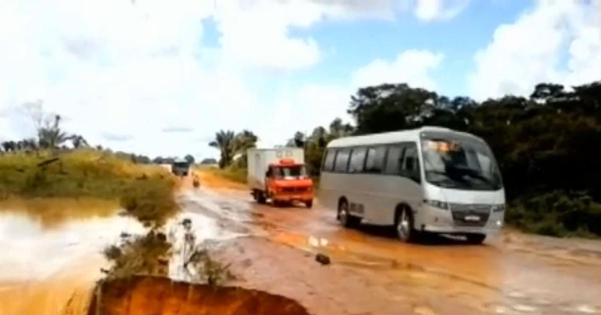 Video hố tử thần nuốt chửng xe bus, cuốn ra sông - 1