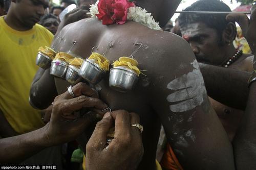 Rợn người vì lễ hội hành xác ở Indonesia - 3