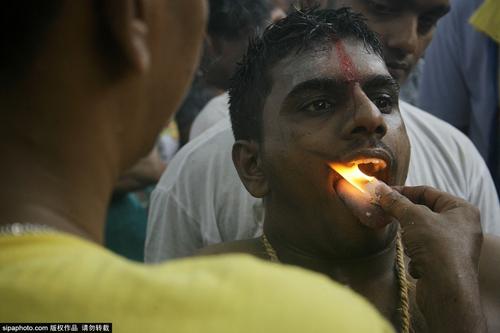Rợn người vì lễ hội hành xác ở Indonesia - 5