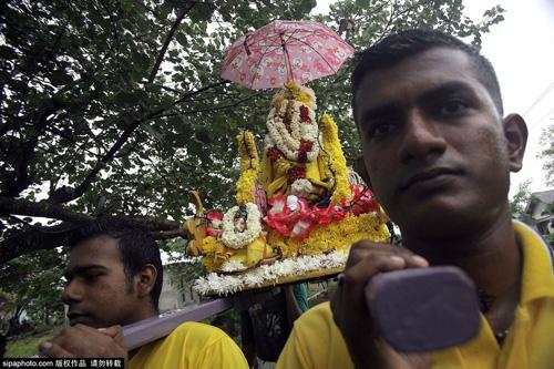 Rợn người vì lễ hội hành xác ở Indonesia - 8