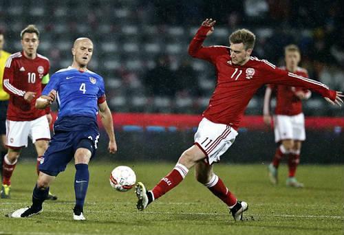 """""""Chân gỗ"""" Bendtner lập hat-trick, truyền thông châu Âu lên cơn sốt - 2"""