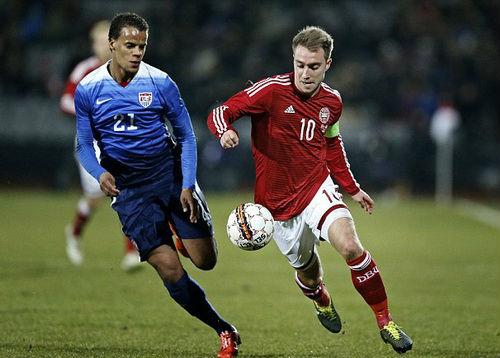 """""""Chân gỗ"""" Bendtner lập hat-trick, truyền thông châu Âu lên cơn sốt - 7"""