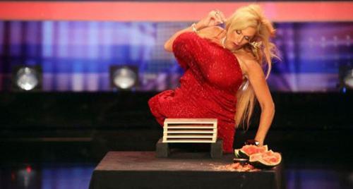 """Bật mí về quý cô có bộ ngực """"phi thường"""" ở American Got Talent - 3"""
