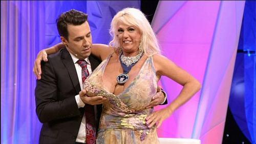 """Bật mí về quý cô có bộ ngực """"phi thường"""" ở American Got Talent - 7"""