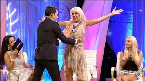 """Bật mí về quý cô có bộ ngực """"phi thường"""" ở American Got Talent - 11"""