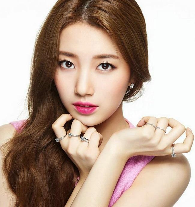 Với ưu điểm về ngoại hình và sắc đẹp khó cưỡng, sự nghiệp thành công trong cả lĩnh vực người mẫu, diễn viên hay ca sĩ của Suzy đang ở thời điểm tỏa sáng nhất.