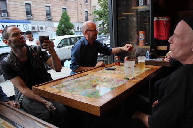 """Quán bar đặc biệt này có tên  """" Bushwick """"  tọa lạc tại một con phố ở New York."""