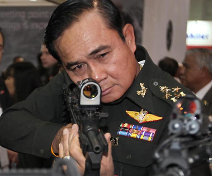 """Thủ tướng Thái Lan dọa """"bắn bỏ"""" phóng viên - 2"""