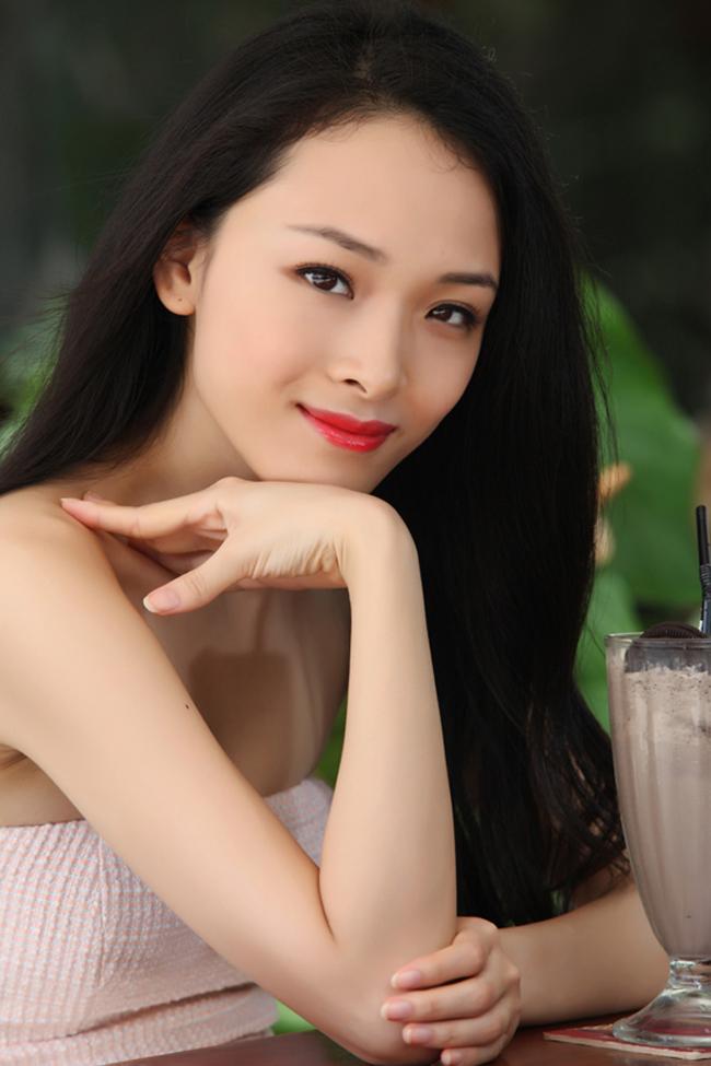 Trương Hồ Phương Nga sở hữu vẻ đẹp mong manh, cùng gương mặt thanh tú, xinh xắn.