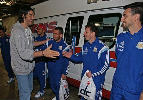"""Hậu El Clasico, Messi """"xả hơi"""" với bóng rổ - 4"""