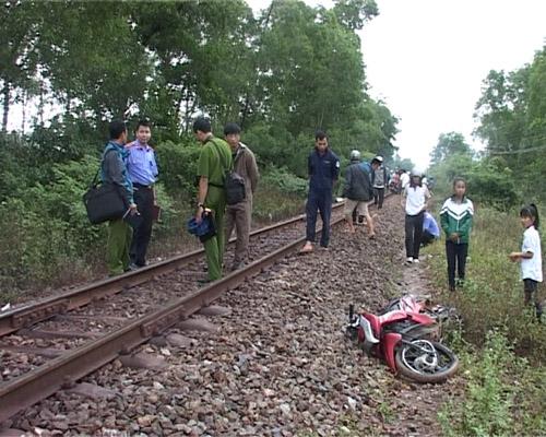 Băng qua đường sắt, 2 người bị tàu hỏa tông chết - 1