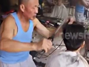 """Ép tóc bằng kẹp than cực """"bá đạo"""" tại Trung Quốc"""