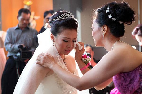 Vì sao cô dâu phải khóc trong ngày cưới? - 2