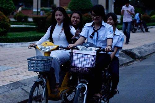 Học sinh bắt buộc đội mũ bảo hiểm khi đi xe đạp điện - 1