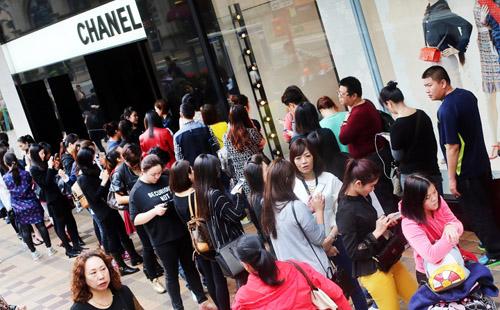 Hong Kong phản đối cách Chanel giảm giá đồ hiệu - 1