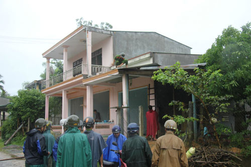 Mưa lũ gây sạt lở, đổ nhà, 500 hộ dân bị cô lập - 1