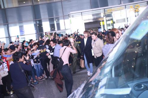 """Loạt sao Hàn khủng chen chân giữa """"rừng"""" fan Hà Nội - 1"""
